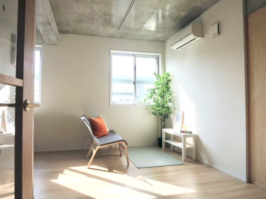白壁ふたば荘 Ctype G号室 天井はコンクリート。床は木目の温もり。