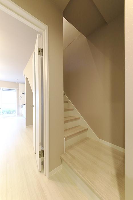 【ブランシェ・ア・ミュー】D号室_一階から二階への階段_MG_3281
