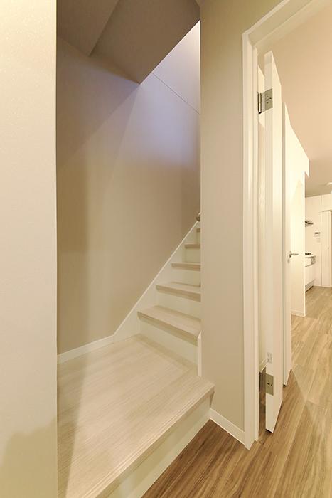 【ブランシェ・ア・ミュー】B号室_一階から二階への階段_MG_2969