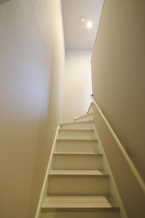 【ブランシェ・ア・ミュー】B号室_一階から二階への階段_MG_2976
