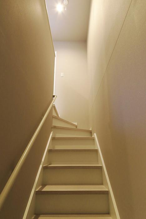 【ブランシェ・ア・ミュー】D号室_一階から二階への階段_MG_3284
