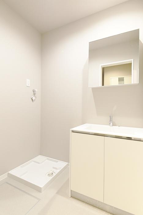 【ブランシェ・ア・ミュー】B号室_一階_独立洗面台と室内洗濯機置き場_MG_2830