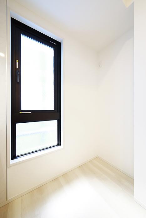 【リベルタカリーノ】301号室_LDK_キッチン周り_冷蔵庫はコチラへ_MG_6606