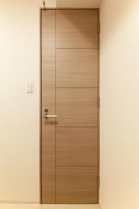 【リベルタカリーノ】301号室_水周り_トイレへのドア_MG_6415