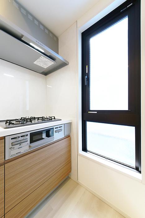 【リベルタカリーノ】301号室_LDK_キッチン周り_窓のあるキッチンは幸せ_MG_6574