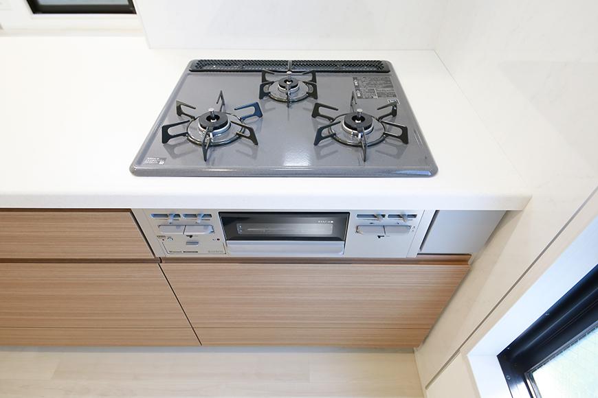 【リベルタカリーノ】301号室_LDK_キッチン周り_ピカピカの3つ口コンロ_MG_6571