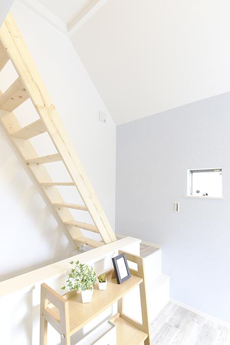 【アンペルハイム本星崎】1A号室_洋室からロフトへの階段・眺望_MG_7013