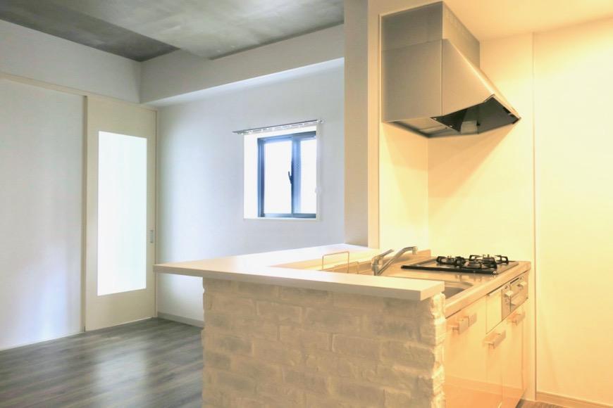 白いレンガがとってもお洒落なキッチン周り。N APARTMENT (N アパートメント)3