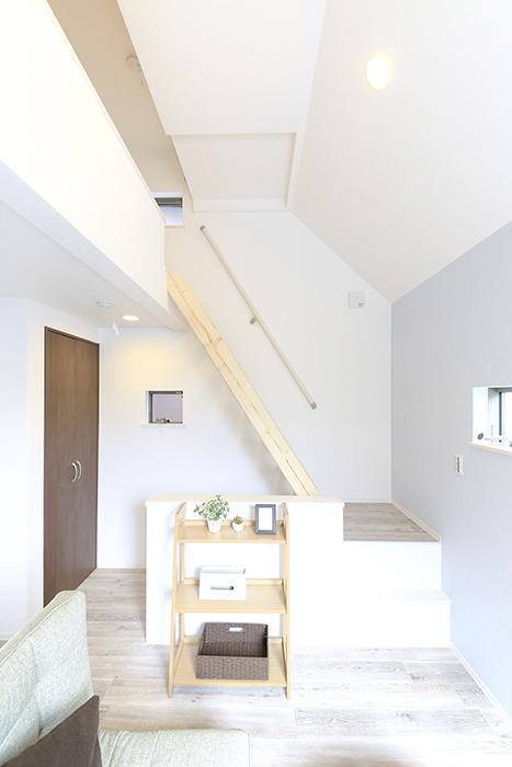 【アンペルハイム本星崎】1A号室_洋室からロフトへの階段_MG_7019