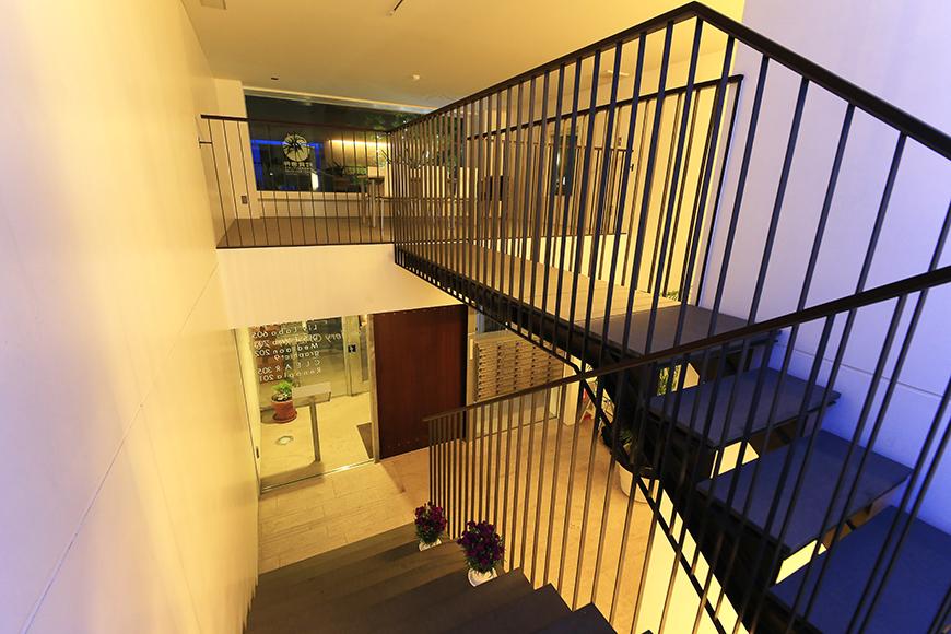 【FLATS GAZERY】1階~2階_階段踊り場_MG_0259