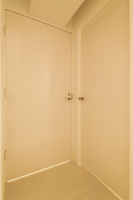 【FLATS GAZERY】401号室_廊下_水周りへのドア_MG_9994