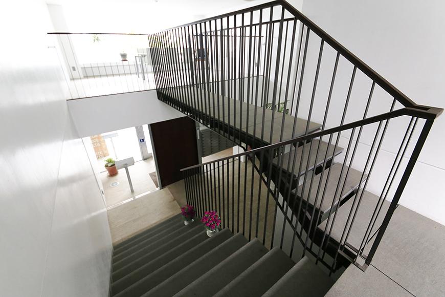 【FLATS GAZERY】1階~2階_階段踊り場_MG_9869