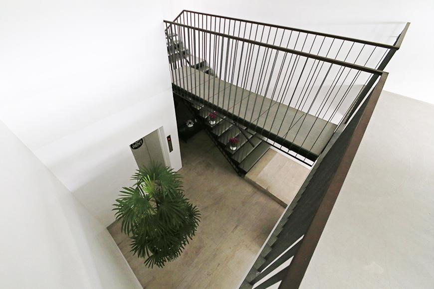 【FLATS GAZERY】2階_共有スペース・ラウンジからエントランススペースの眺め_MG_9835s