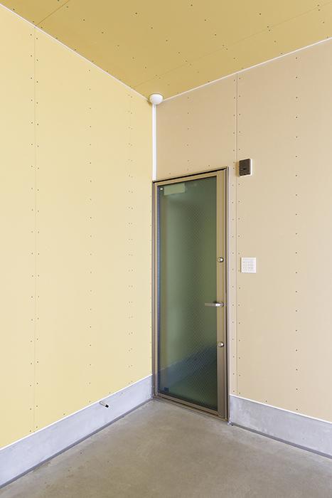 【J-Style枇杷島B棟】F号室_ガレージ内観_玄関へのドア_MG_3928