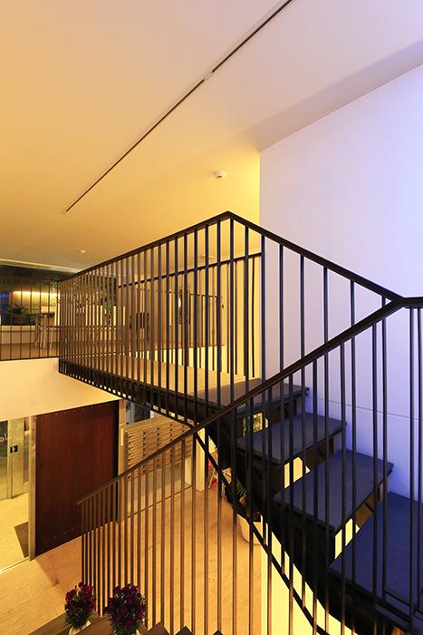 【FLATS GAZERY】1階~2階_階段踊り場_MG_0252