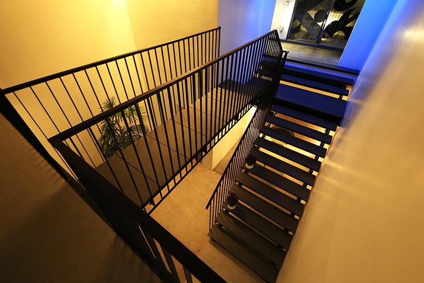 【FLATS GAZERY】2階_渡り廊下・階段_MG_0335
