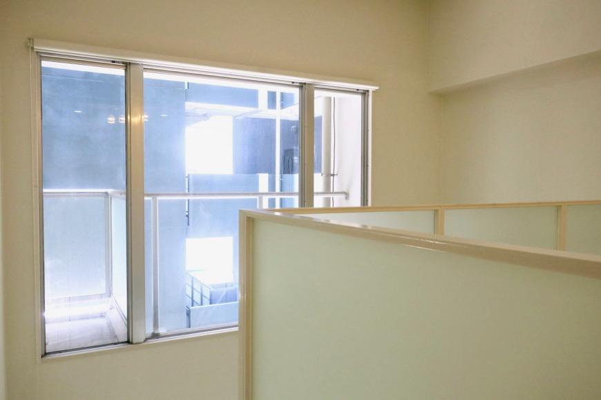 手の届かない窓にはロールスクリーンがついています。MARUNOUCHI SQUARE (丸の内スクエア)1
