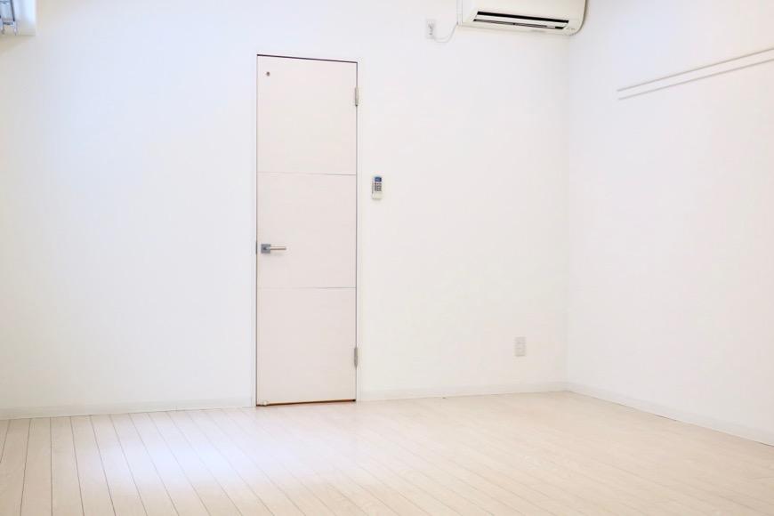 フレンチホワイトが広がる柔らかい洋間11.5帖。MARUNOUCHI SQUARE (丸の内スクエア)3