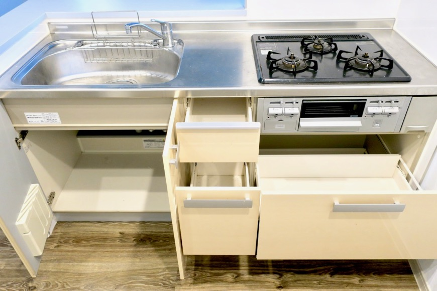 アイボリーのキッチン台。N APARTMENT (N アパートメント)3