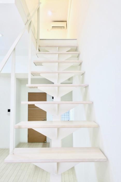 フレンチホワイトが広がるメゾネットのお部屋。 MARUNOUCHI SQUARE (丸の内スクエア)3