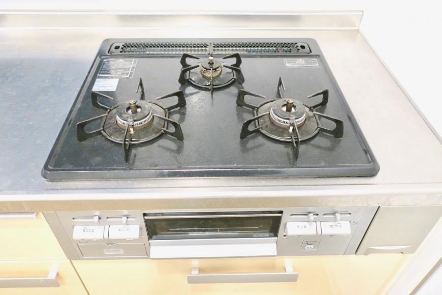 アイボリーのキッチン台。N APARTMENT (N アパートメント)1