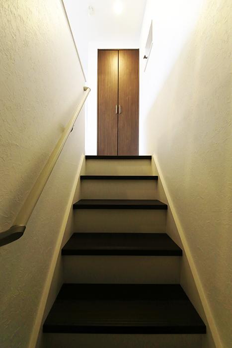 【アンペルハイム本星崎】1A号室_1階から2階のリビングスペースへ_MG_6699
