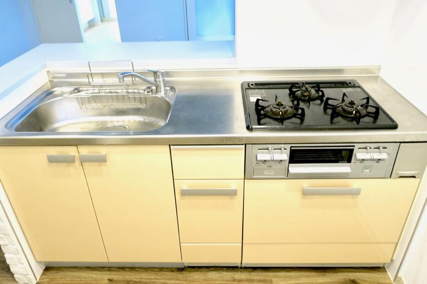 アイボリーのキッチン台。N APARTMENT (N アパートメント)2