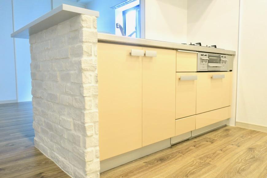 白いレンガがとってもお洒落なキッチン周り。N APARTMENT (N アパートメント)1