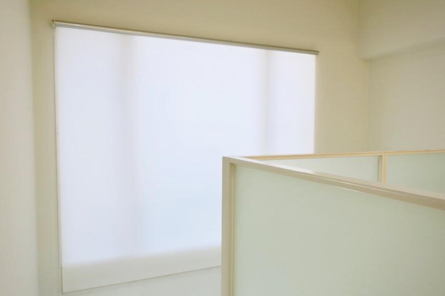 手の届かない窓にはロールスクリーンがついています。MARUNOUCHI SQUARE (丸の内スクエア)0