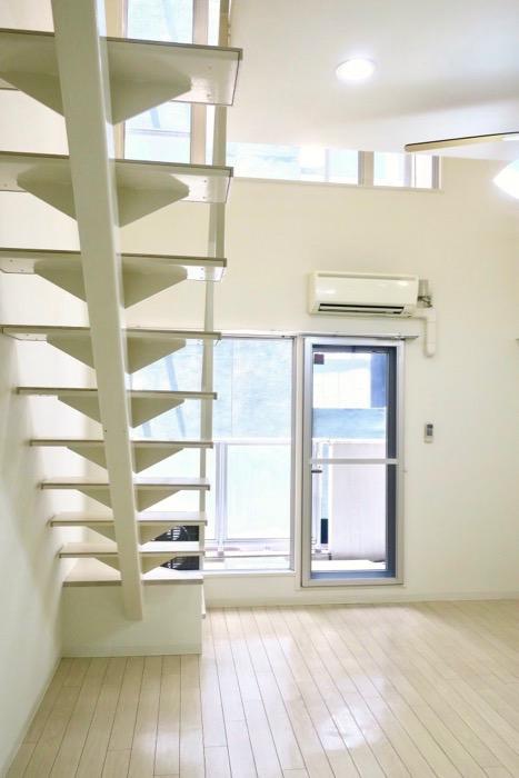 フレンチホワイトが広がるメゾネットのお部屋。 MARUNOUCHI SQUARE (丸の内スクエア)0 (1)