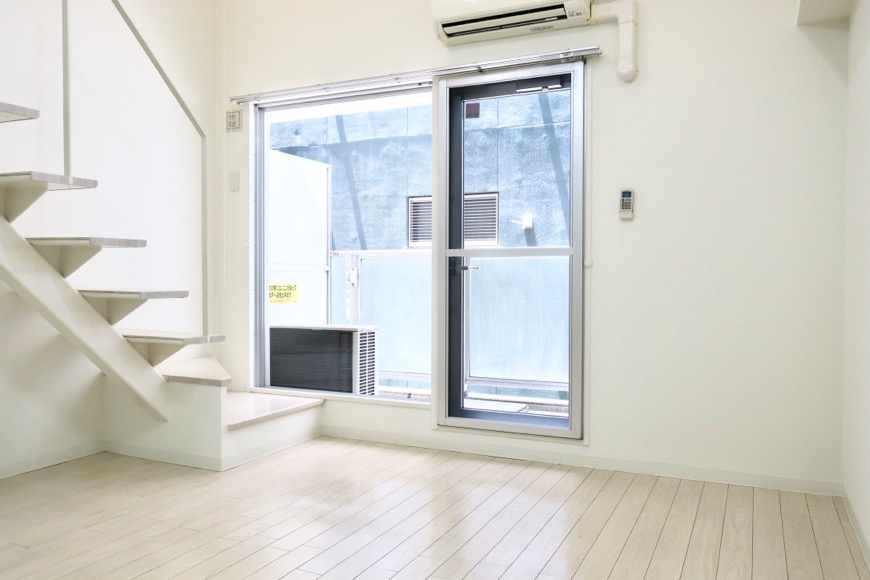 フレンチホワイトが広がるメゾネットのお部屋。 MARUNOUCHI SQUARE (丸の内スクエア)2