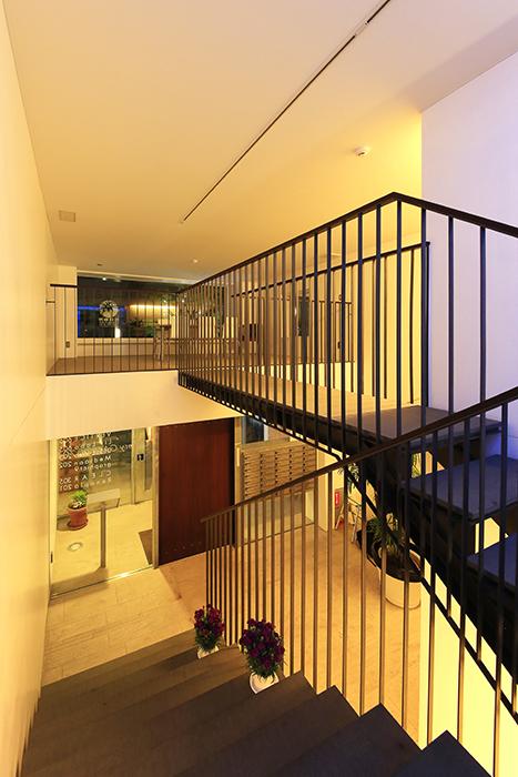 【FLATS GAZERY】1階~2階_階段踊り場_MG_0263