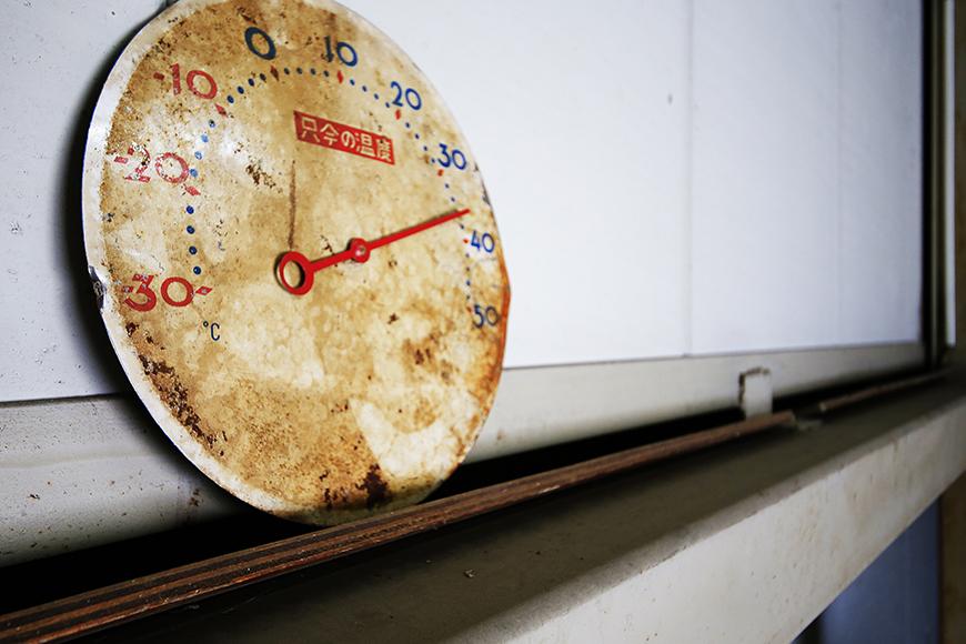 【バイクガレージNAGOYA】二階_古き良き時代の温度計_MG_7627