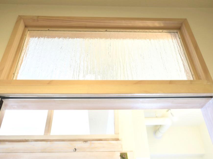 サニタリーの扉。レトロなガラスがお洒落なサニタリー入り口。神田ヴィレッジ中川