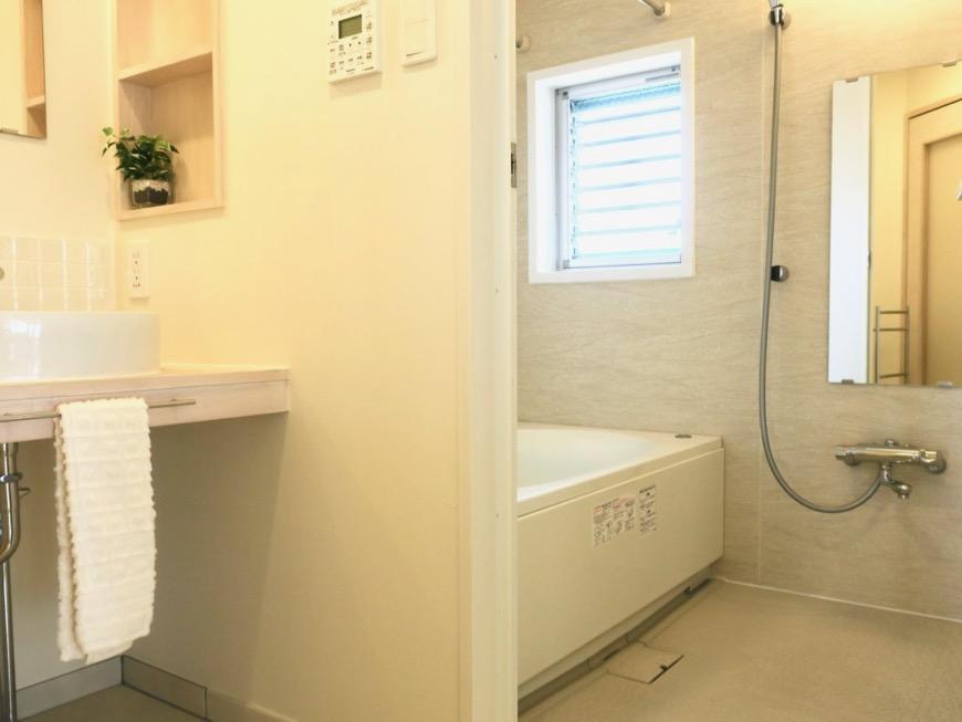 バスルーム。大きなバスタブと窓付で明るいバスルーム。神田ヴィレッジ中川 外観・共用0