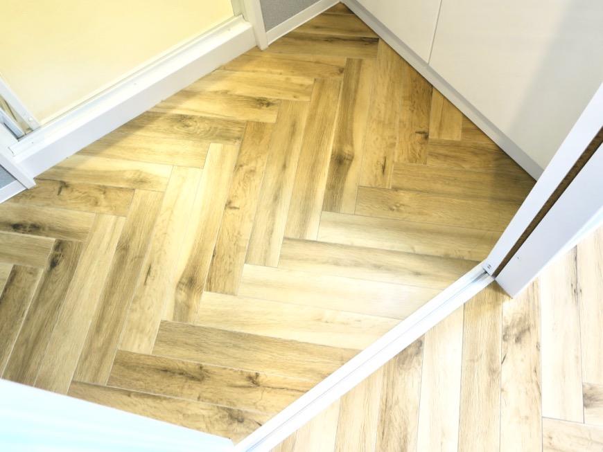 ヘリンボーンの床がお洒落です。MAISON APADE(メゾン スペード)25