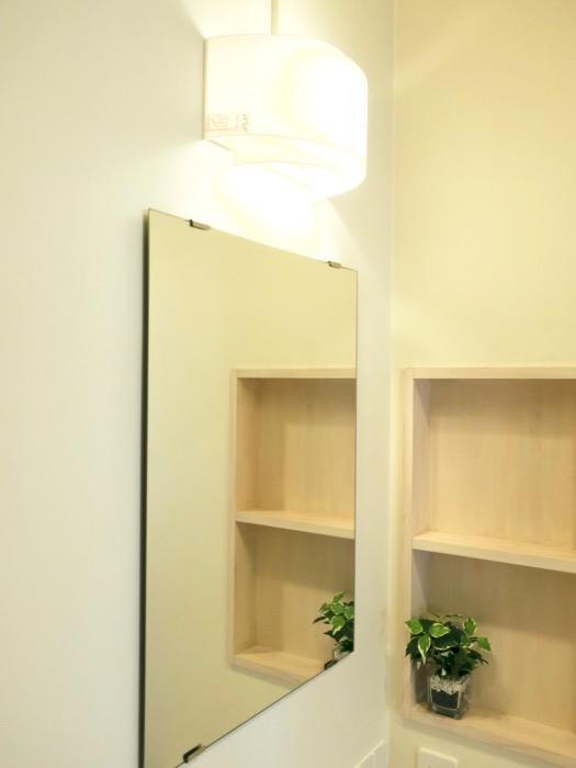 サニタリールーム。丸いボウルと木製シェルフとモザイクタイルが可愛い。神田ヴィレッジ中川