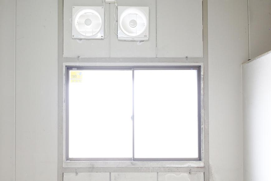 【バイクガレージNAGOYA】二階_窓・換気扇_MG_7619