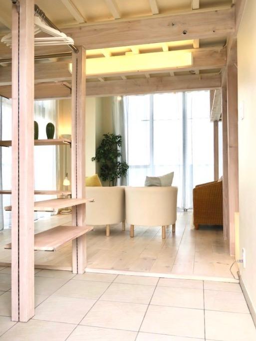 柔らかい色のタイルが貼られた玄関からの眺め。神田ヴィレッジ中川