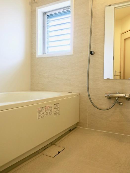 バスルーム。大きなバスタブと窓付で明るいバスルーム。神田ヴィレッジ中川