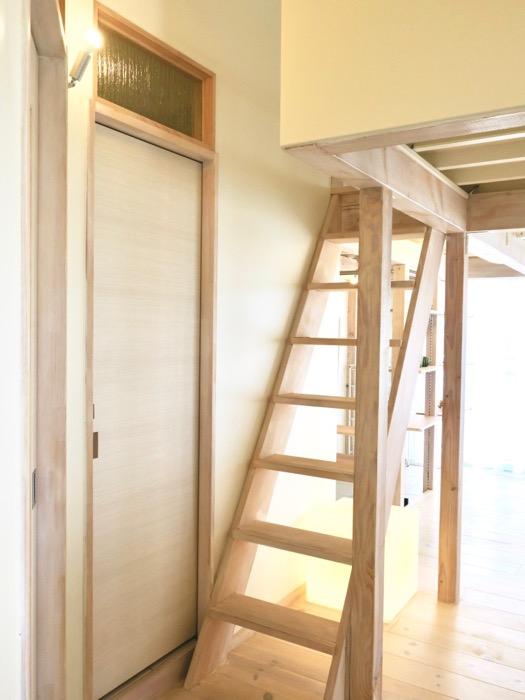 木製の階段がある優しい暮らし。神田ヴィレッジ中川