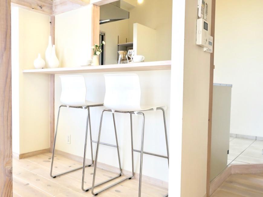 キッチン。ナチュラルで優しい雰囲気のキッチンカウンター; 神田ヴィレッジ中川