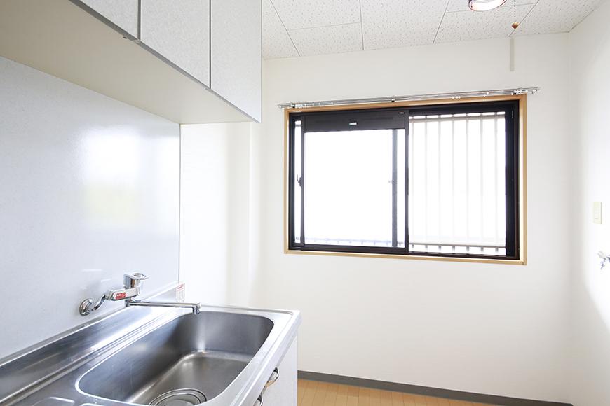 【NEXTAGE B】205号室_DK_キッチン周り_窓からの明るい日差し_MG_0245