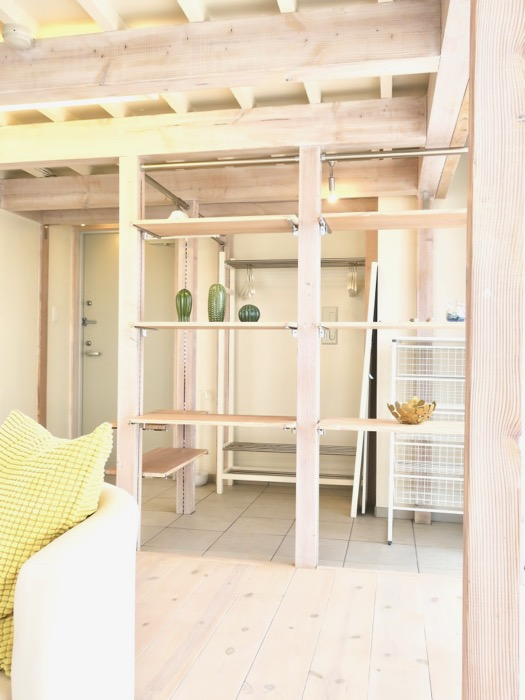 無垢材で造られたレイアウト自由自在なクローク。神田ビレッジ中川603号室