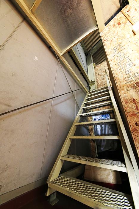 【バイクガレージNAGOYA】一階_二階への階段_MG_7736