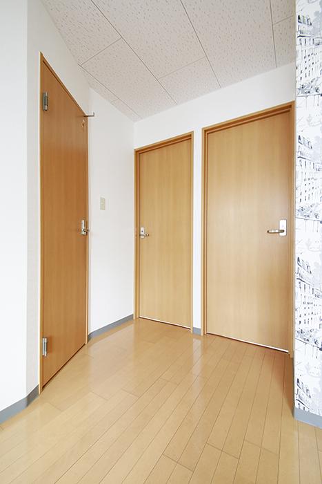 【NEXTAGE B】205号室_DKから洋室・サニタリールームへのドア_MG_0279