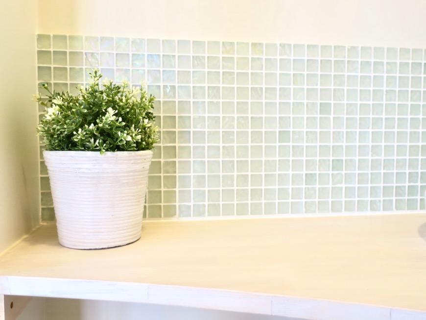 トイレ。爽やかなモザイクタイルと木製ウォールシェルフ。神田ヴィレッジ中川