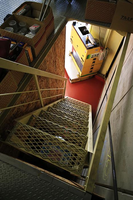 【バイクガレージNAGOYA】二階_一階から二階への階段_MG_7644