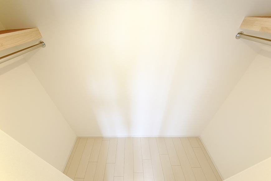 【フェリーチェ】405号室_洋室_ウォークインクローゼット収納_MG_9898