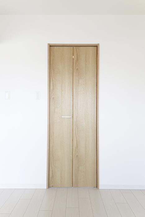 【フェリーチェ】405号室_洋室_ウォークインクローゼット収納_MG_9893